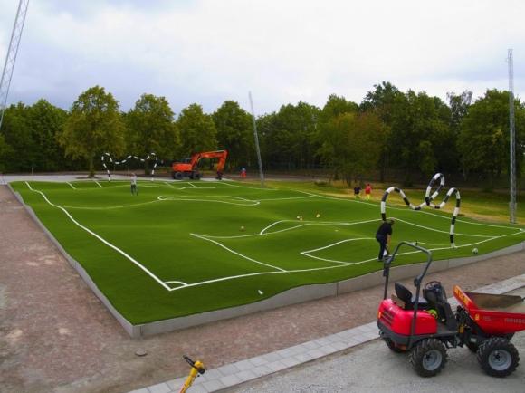 Виждали ли сте такова футболно игрище? (видео + галерия)