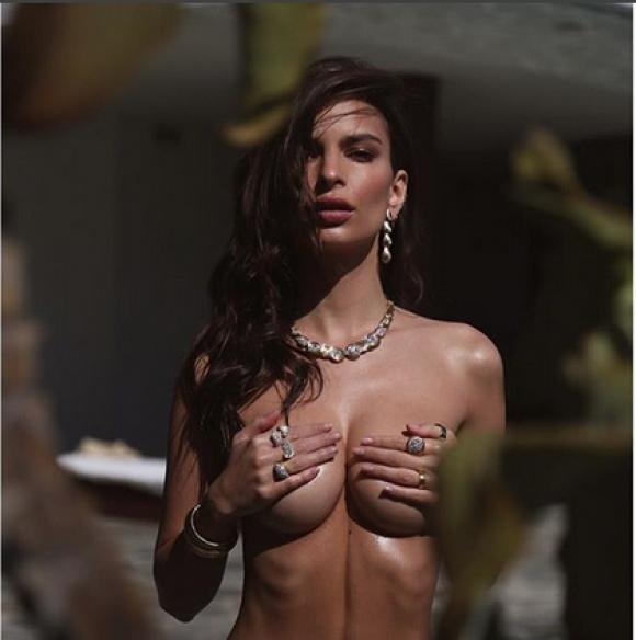 Емили Ратайковски не спира с голите снимки