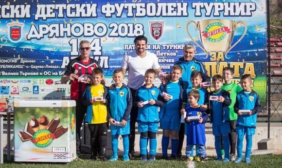 Футболни таланти демонстрират умения пред Благо Георгиев