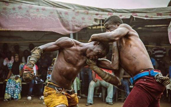 Африканският бокс, в който състезателите се бият с покрити със стъкла ръкавици (видео + снимки)