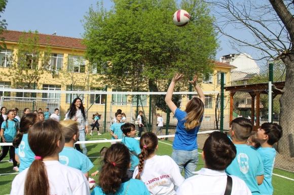 Шампионки поиграха с деца на откриването на нова спортна площадка