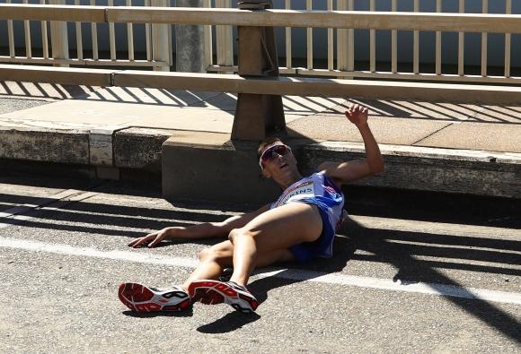 Страхотен скандал в Голд Коуст - атлет припадна по време на маратон, няма кой да му помогне