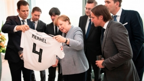 Меркел получи фланелка на Бундестима
