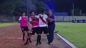 Футболист се сби с треньор след смяна (видео)
