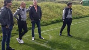 Футболни величия гледат контрола на студенти в село Рилци