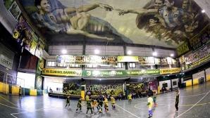 Изрисуваха Меси и Марадона на тавана на зала