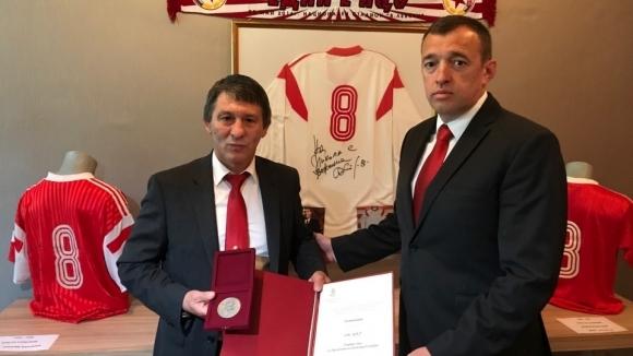 Президентът връчи Почетен знак на ОСК ЦСКА