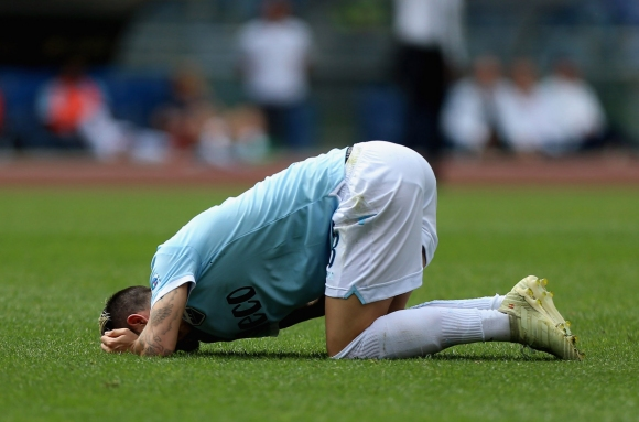 Лацио едва се измъкна и даде шанс на Интер (видео)