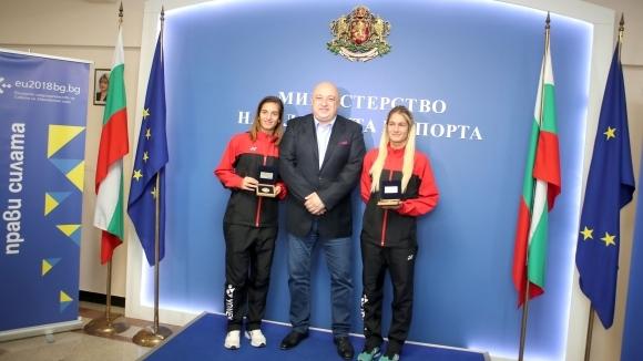 Министър Кралев връчи почетни плакети на европейските шампионки по бадминтон Габриела и Стефани Стоеви