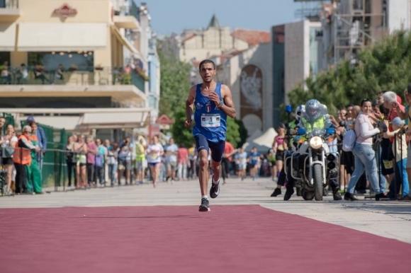 Състезаващият се за Италия мароканец Ахмед Насеф победи на маратона във...