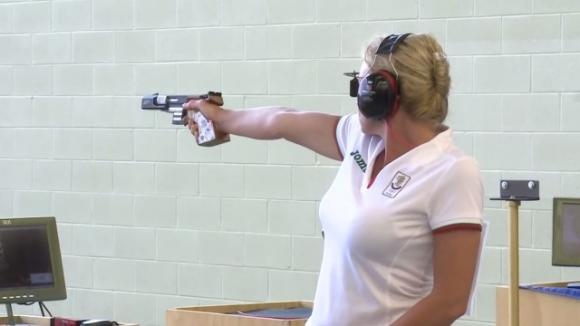 Златен медал с пистолет... назаем (видео)