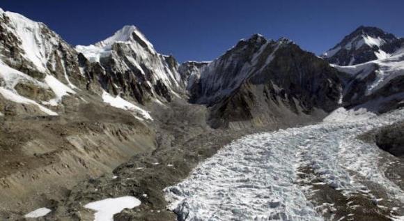 Показаха блузата и инсулина на Боян Петров, намерени под връх Шиша Пангма (снимка)