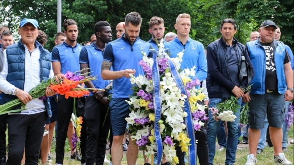 Шефове и играчи поднесоха венци в чест на годишнината на Левски (видео+галерия)