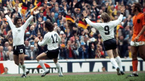 Германия би Холандия в мегасблъсъка на Тоталния футбол