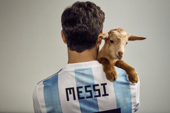 Меси снима фотосесия с кози