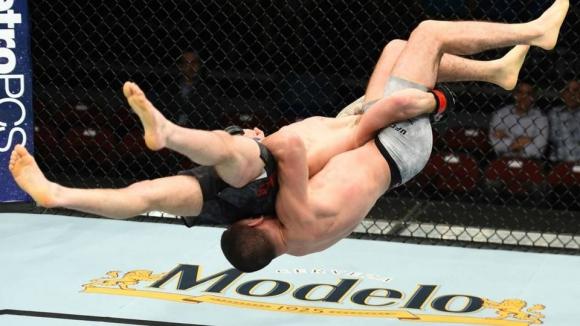 ММА боец се нокаутира сам на UFC FIGHT NIGHT 131 (видео + снимки)
