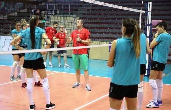 """Волейболистките с открита тренировка в зала """"Христо Ботев"""""""