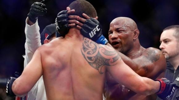 Кървав спорт! Ромеро счупи от бой Уитакър, но победата бе дадена на шампиона (видео + снимки)
