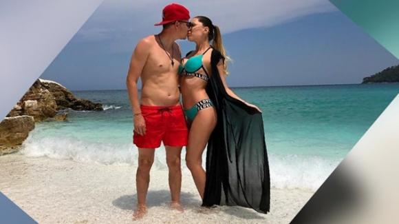 Тодор Неделев със секси гаджето си на море (снимки)