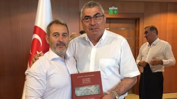Вицепрезидент на МОК с българска книга за борбата