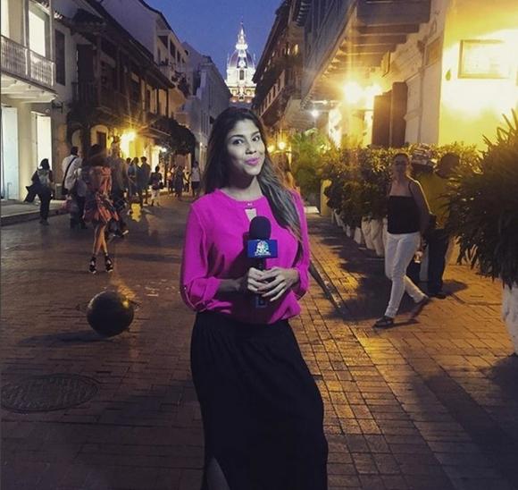 Маниак атакува секси колумбийска журналистка и я стисна за гърдите (видео)
