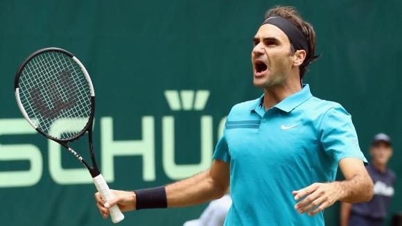 Федерер спаси два мачбола преди поредната победа на трева