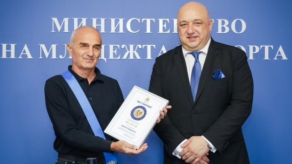 """Министър Кралев връчи """"Венец на победителя"""" на алпиниста Иван Вълчев"""