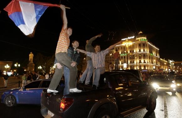 Руски полицаи пребиха твърде щастлив фен