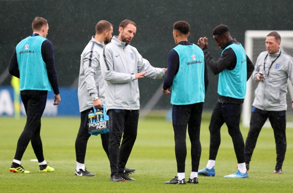 Англия няма нужда от трима централни защитници в мача със шведите, смята Алърдайс