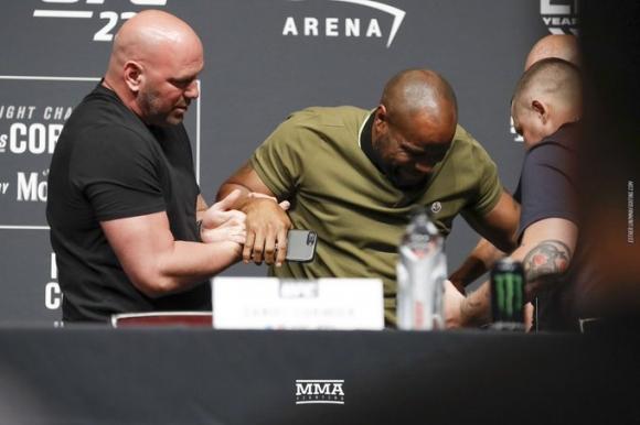 Даниел Кормие падна на пресконференцията преди UFC 226 (видео)