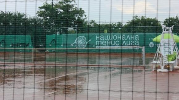 Тенис с дъждобрани