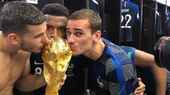"""""""Путин, хей, хей, хей"""", пяха френските играчи в съблекалнята (видео)"""