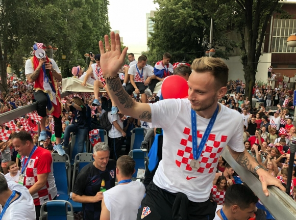"""Гледайте на живо: Хърватия посрещна своите герои с """"Шампиони"""", 80 000 са в центъра на Загреб"""