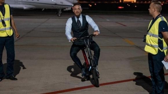 Конър Макгрегър се придвижва с електрически велосипед