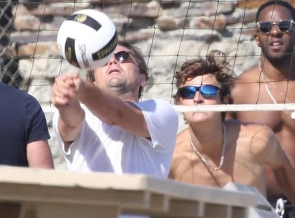 Лео Ди Каприо играе волейбол на плажа (снимки)