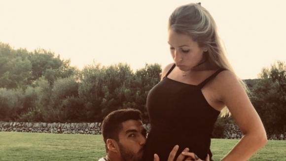 Ваканционно: Луис Суарес целува бременно коремче, Меси прегръща любимата