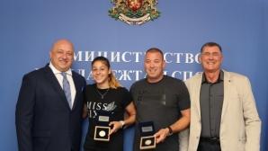 Министър Кралев връчи плакет на световната шампионка за девойки Александра Начева
