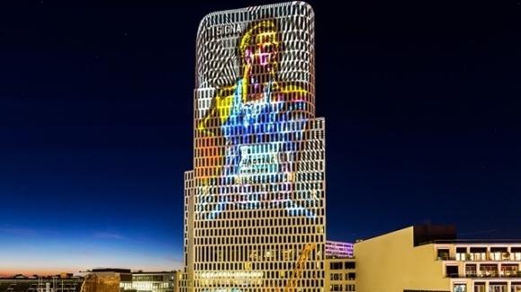 Прожектират образа на Роберт Хартинг на небостъргач в Берлин