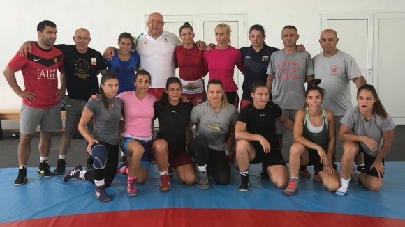 Министър Кралев инспектира тренировките на националния женски отбор по борба