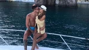 Докато в Италия спекулират за бъдещето му, Сергей се снима с гаджето на яхта