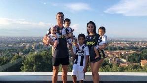 """Кристиано показа """"бяло-черното"""" си семейство"""