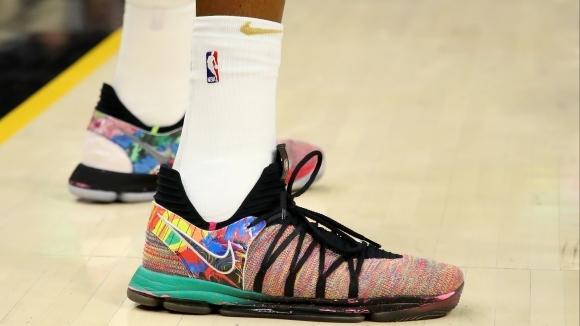 НБА вдигна забраната за цветни кецове