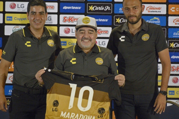 Марадона беше представен като треньор в Мексико
