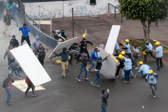 Фенове и евангелисти се биха за територия край стадион в Перу