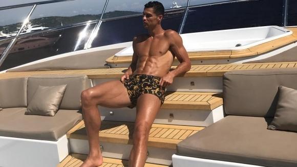 Защо Кристиано Роналдо се съблече и се заигра с топки... (снимки)