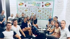 Волейболистите на Добруджа се забавляват със секси тенисистки