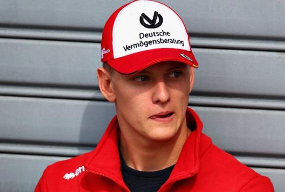 Обвиниха сина на Шумахер, че печели заради фамилията си