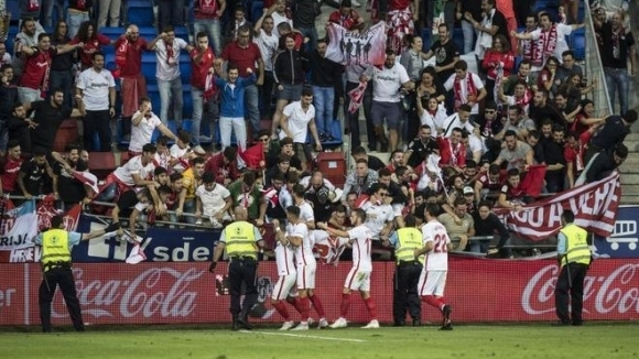 Севиля се изкачи на второ място след мач, белязан от срутване и ранени фенове