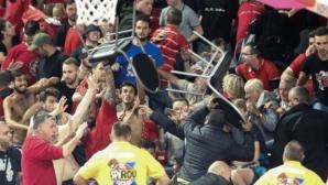 Прекъснаха мач от ШЛ заради бесни фенове и летящи столове