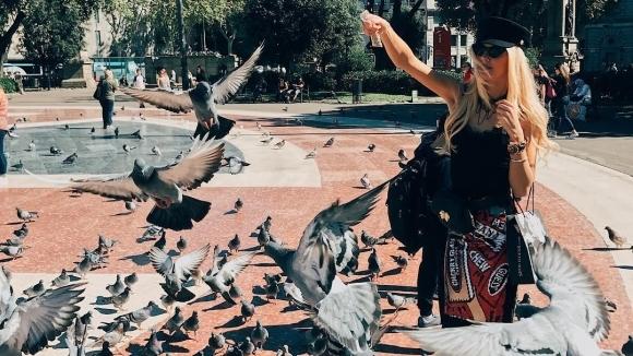 Бивша на национал събира погледите в Барселона (снимки)